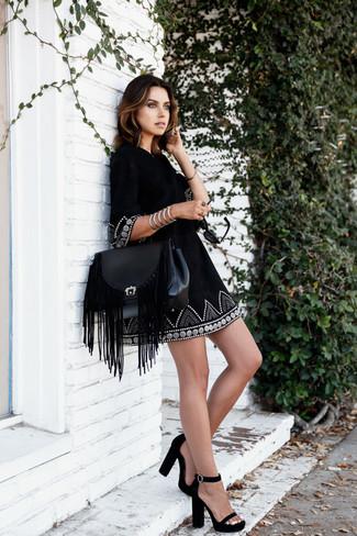 Come indossare: vestito estivo ricamato nero, sandali con tacco in pelle scamosciata neri, cartella in pelle con frange nera, bracciale argento