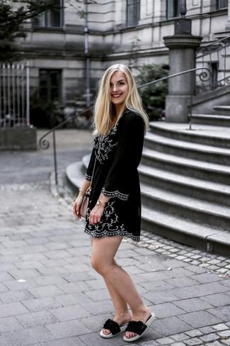 Come indossare: vestito estivo ricamato nero e bianco, sandali piatti in pelle neri, borsa a tracolla in pelle rosa