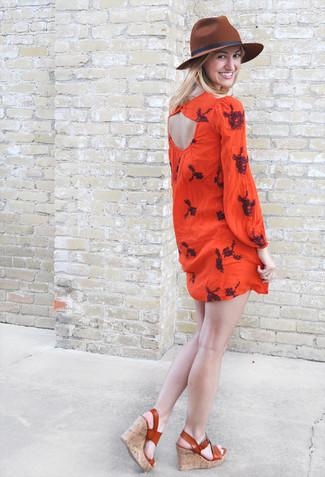 Come indossare: vestito estivo ricamato rosso, sandali con zeppa in pelle terracotta, borsalino di lana marrone