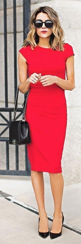 Scegli un outfit composto da un vestito aderente rosso per un pranzo domenicale con gli amici. Mostra il tuo gusto per le calzature di alta classe con un paio di décolleté in pelle neri.
