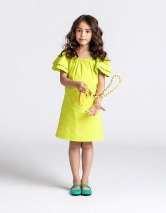 Come indossare e abbinare: vestito giallo, ballerine verdi