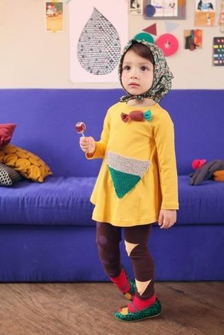 Come indossare: vestito giallo, leggings marroni, ballerine verdi, calzini rossi