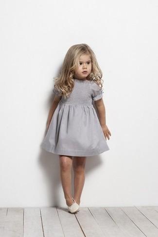Come indossare e abbinare: vestito grigio, ballerine bianche