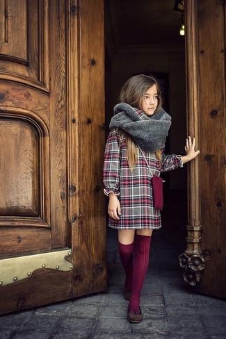 Come indossare: vestito scozzese grigio, ballerine marrone scuro, calzini lunghi bordeaux, sciarpa di pelliccia grigia
