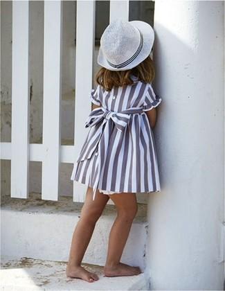Come indossare: vestito grigio, borsalino bianco