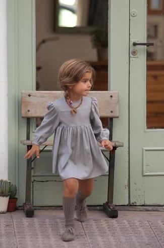 Come indossare: vestito grigio, scarpe oxford grigie, calzini grigi