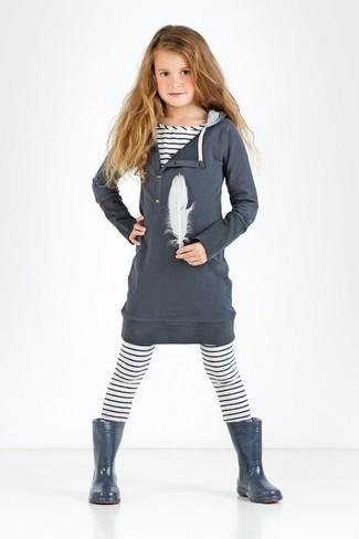 Come indossare: vestito di cotone grigio scuro, t-shirt a righe orizzontali bianca, leggings a righe orizzontali bianchi, stivali di gomma grigio scuro