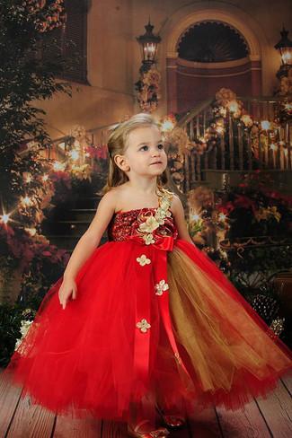 Come indossare e abbinare: vestito in tulle rosso, ballerine dorate