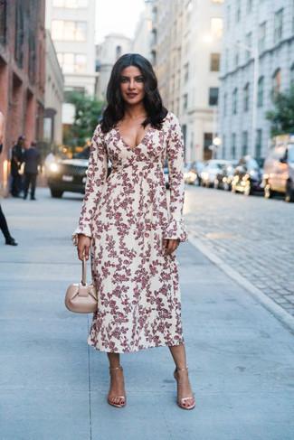 Come indossare: vestito longuette a fiori bianco e rosso, sandali con tacco in pelle dorati, borsa a mano in pelle beige