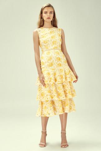 Moda ragazza adolescente: Indossa un vestito longuette a fiori giallo per un look raffinato per il tempo libero. Perfeziona questo look con un paio di sandali con tacco in pelle beige.