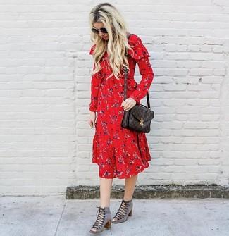 Come indossare e abbinare: vestito longuette a fiori rosso, stivaletti con lacci in pelle scamosciata tagliati grigi, cartella in pelle stampata marrone scuro