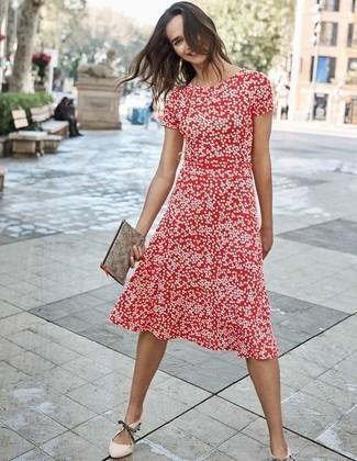 Come indossare e abbinare: vestito longuette a pois rosso, décolleté in pelle beige, pochette in pelle grigia