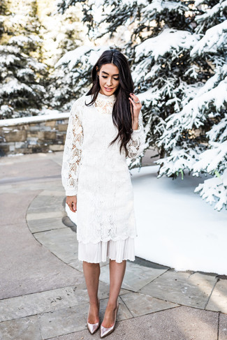 Come indossare: vestito longuette all'uncinetto bianco, décolleté in pelle argento