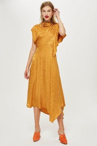Come indossare: vestito longuette arancione, sabot in pelle scamosciata arancioni, orecchini dorati