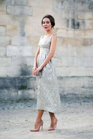 Come indossare: vestito longuette argento, décolleté in pelle marrone chiaro, pochette argento, anello trasparente