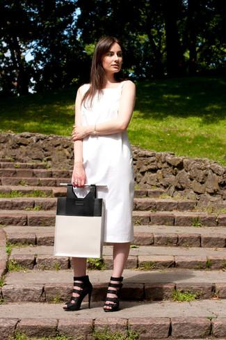 Come indossare: vestito longuette bianco, sandali gladiatore in pelle neri, borsa shopping in pelle bianca e nera