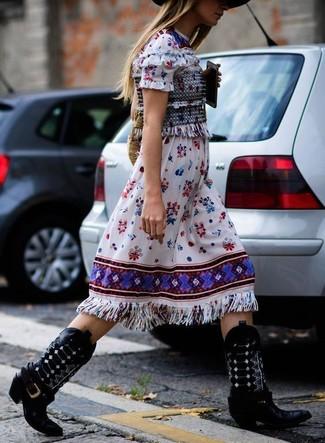 Come indossare: vestito longuette ricamato bianco, stivali da cowboy in pelle neri, borsa shopping di paglia marrone chiaro, borsalino di lana nero