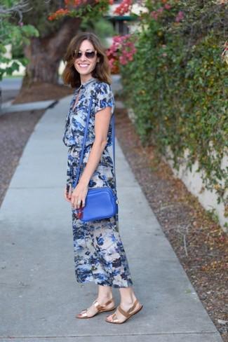 Come indossare: vestito longuette a fiori blu, sandali piatti in pelle dorati, borsa a tracolla in pelle blu, occhiali da sole marroni