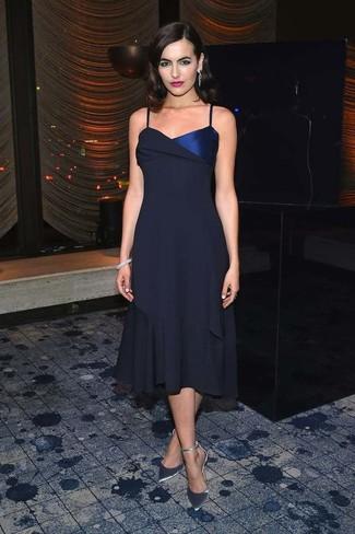 Come indossare: vestito longuette di chiffon blu scuro, décolleté in pelle argento, bracciale grigio, orecchini argento