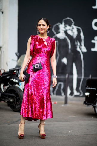 Come indossare: vestito longuette con paillettes fucsia, décolleté di raso marrone chiaro, pochette in pelle trapuntata nera, bracciale argento