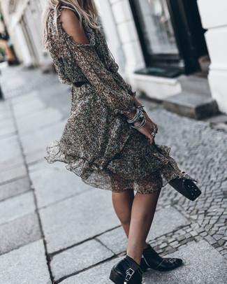 Metti un vestito longuette di chiffon a fiori nero per affrontare con facilità la tua giornata. Sfodera il gusto per le calzature di lusso e indossa un paio di stivaletti in pelle con borchie neri di Alexander McQueen.