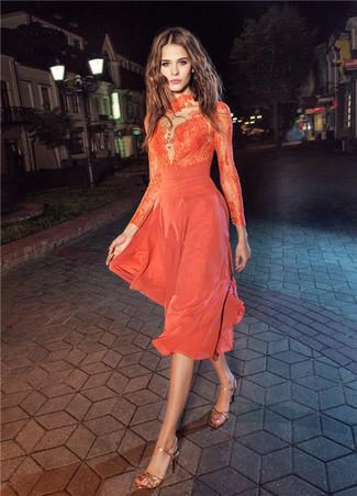 Come indossare: vestito longuette di pizzo arancione, sandali con tacco in pelle dorati