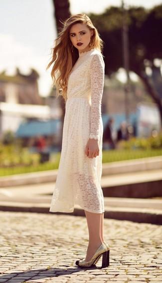 Come indossare: vestito longuette di pizzo bianco, décolleté con paillettes dorati
