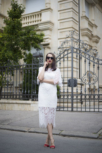 d70c5991a801 Come indossare: vestito longuette di pizzo bianco, sandali con tacco in  pelle scamosciata rossi