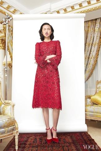 Come indossare: vestito longuette di pizzo rosso, décolleté in pelle scamosciata rossi