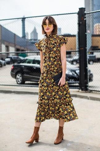 Come indossare e abbinare: vestito longuette a fiori giallo, stivaletti in pelle marroni, pochette in pelle nera, occhiali da sole gialli