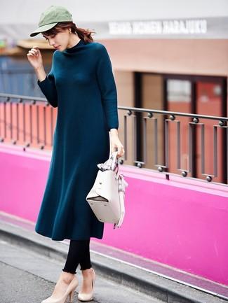 Come indossare: vestito longuette di lana foglia di tè, leggings neri, décolleté in pelle beige, cartella in pelle bianca