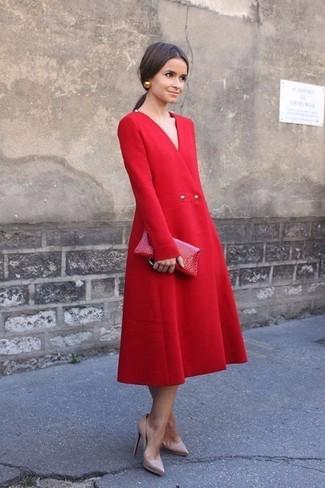 Come indossare un vestito longuette rosso con décolleté in pelle beige 133ebb6b034