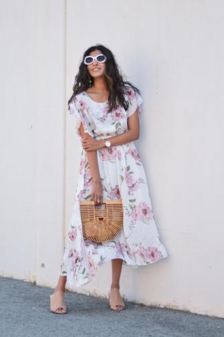 Come indossare: vestito longuette a fiori bianco, sabot in pelle beige, pochette di paglia marrone chiaro, occhiali da sole bianchi