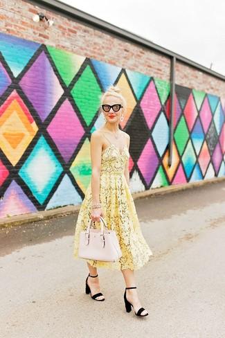Come indossare: vestito longuette all'uncinetto giallo, sandali con tacco in pelle scamosciata neri, borsa shopping in pelle beige, occhiali da sole neri