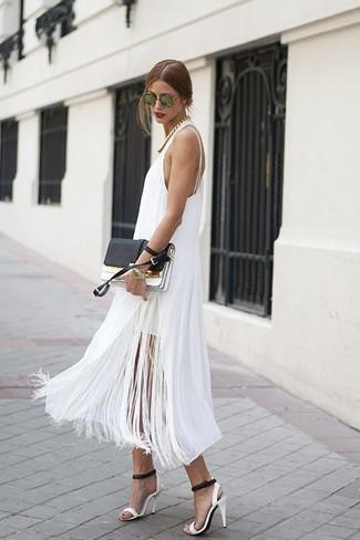Come indossare: vestito longuette con frange bianco, sandali con tacco in pelle bianchi e neri, pochette in pelle nera e bianca, occhiali da sole verdi
