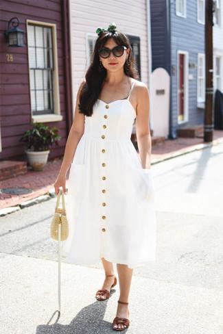 Come indossare: vestito longuette bianco, sandali piatti in pelle marroni, borsa a mano di paglia beige, occhiali da sole marrone scuro