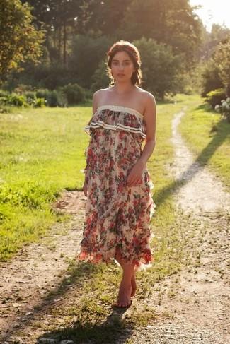 Come indossare e abbinare un vestito lungo a fiori beige: Punta su un vestito lungo a fiori beige per essere casual.