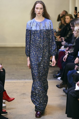 Come indossare e abbinare: vestito lungo a fiori blu scuro, stivaletti in pelle bordeaux, orecchini argento