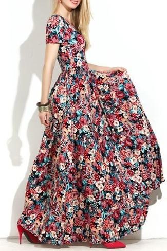 Come indossare e abbinare un vestito lungo a fiori multicolore: Scegli un vestito lungo a fiori multicolore per un'atmosfera casual-cool. Décolleté in pelle rossi sono una validissima scelta per completare il look.