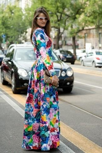 Come indossare e abbinare un vestito lungo a fiori multicolore: Scegli un outfit composto da un vestito lungo a fiori multicolore per essere casual.