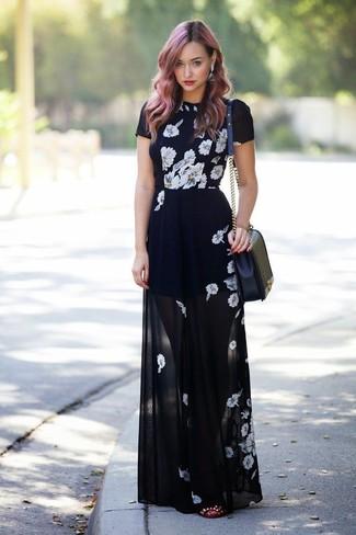 Per un outfit quotidiano pieno di carattere e personalità, scegli un outfit composto da un vestito lungo a fiori nero e bianco. Ballerine in pelle con borchie bordeaux sono una scelta ottima per completare il look.