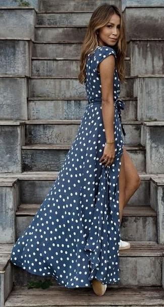 Look alla moda per donna  Vestito lungo a pois blu scuro e bianco ... 951ba1ffa3f