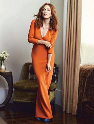 Come indossare: vestito lungo arancione, décolleté in pelle scamosciata blu
