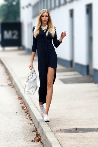Come indossare e abbinare: vestito lungo di velluto con spacco blu scuro, sneakers basse di tela bianche, borsa shopping in pelle bianca, collana di perle bianca