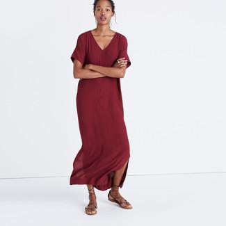 Come indossare e abbinare: vestito lungo bordeaux, sandali gladiatore in pelle marrone scuro