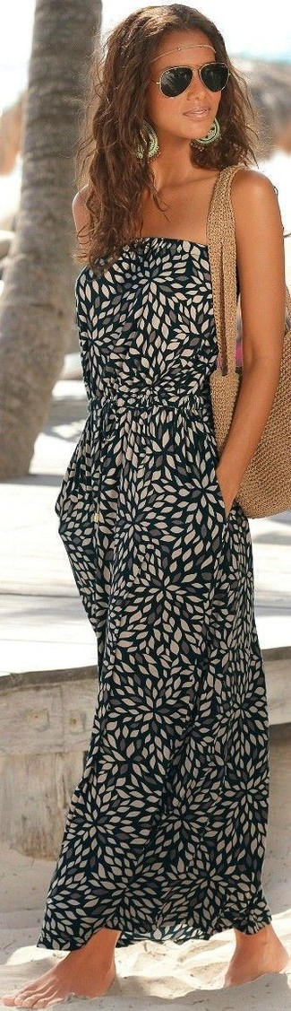 Come indossare: vestito lungo stampato nero, borsa shopping all'uncinetto marrone chiaro, occhiali da sole dorati, diadema dorato