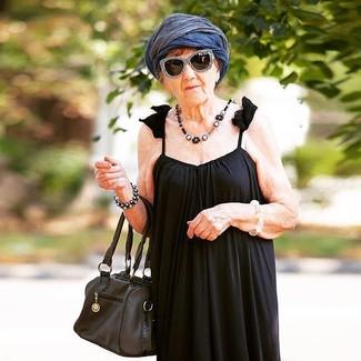 Come indossare: vestito lungo a pieghe nero, borsa shopping in pelle nera, sciarpa leggera blu scuro, occhiali da sole neri e bianchi