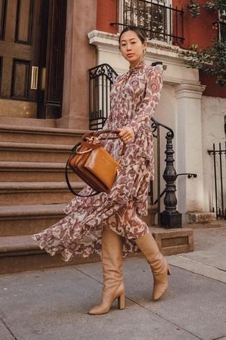 Come indossare e abbinare: vestito lungo con stampa cachemire bordeaux, stivali al ginocchio in pelle marrone chiaro, borsa shopping in pelle terracotta