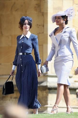 Come indossare: vestito lungo a pois blu scuro e bianco, décolleté in pelle bianchi, borsa a mano in pelle nera, borsalino decorato blu scuro