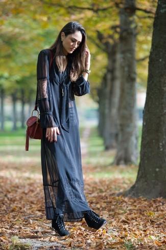 Come indossare: vestito lungo di pizzo nero, stivaletti con lacci in pelle neri, borsa a tracolla in pelle bordeaux